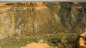 Attraverso le rovine del canyon nella distanza immagine stock
