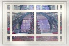 Attraverso una finestra vedo l'albero di Natale. Fotografia Stock
