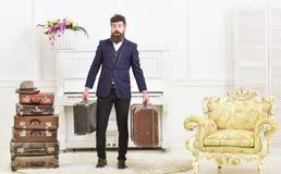 Attrayant macho, élégant sur le visage étonné porte des valises de vintage Homme avec la barbe et moustache portant le costume cl Photographie stock