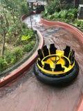 Attrazione gialla dell'acqua su un fiume artificiale nel parco dell'oceano del parco di divertimenti in Hong Kong in mezzo degli  immagine stock