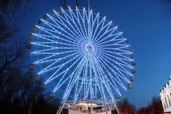 Attrazione la ruota panoramica con le luci nel parco di divertimenti di notte immagine stock