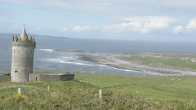Attrazione pubblica famosa in Irlanda Castello di Doonagore in contea Clare sull'itinerario atlantico selvaggio di modo stock footage