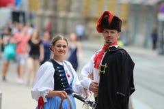 Attrazione turistica di Zagabria/membro reggimento del foulard e la sua fidanzata Fotografia Stock Libera da Diritti