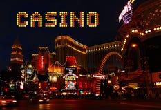 Attrazioni di notte del segno della striscia di Las Vegas del casinò Immagine Stock Libera da Diritti