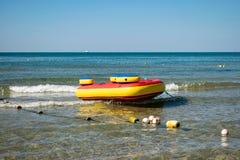 Attrazioni gonfiabili del mare Vacanza e resto dell'attivo fotografia stock