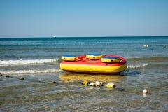 Attrazioni gonfiabili del mare Vacanza e resto dell'attivo immagine stock