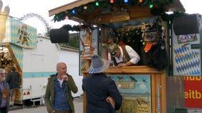 Attrazioni in tende al festival di Oktoberfest Monaco di Baviera, Germania archivi video