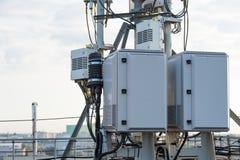 Attrezzatura ad alta frequenza con l'alimentatore dell'antenna per il telecommunicati Fotografie Stock Libere da Diritti