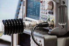 Attrezzatura ad alta frequenza di misurazione I connettori ad alta frequenza speciali sono inseriti nel quadro portastrumenti Immagine Stock Libera da Diritti