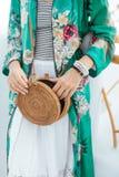Attrezzatura alla moda del ` s della donna Cima alla moda verde Borsa della paglia Vestito bianco Fotografia Stock Libera da Diritti