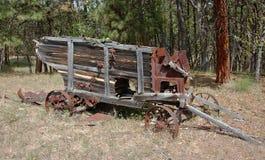 Attrezzatura antica dell'azienda agricola trovata abbandonata nel legno Fotografia Stock