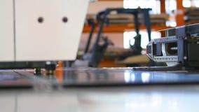 Attrezzatura automatica moderna, macchina di industriale per la perforazione del metallo Primo piano stock footage