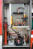 Attrezzatura, cinghie fisse nel camion dei vigili del fuoco al fondo di un abete Fotografie Stock