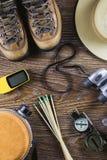 Attrezzatura con gli stivali, bussola, binocolo, partite di viaggio o di escursione su fondo di legno Concetto attivo di stile di Immagine Stock Libera da Diritti