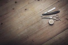 Attrezzatura d'annata del barbiere su fondo di legno Immagine Stock Libera da Diritti