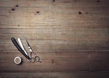 Attrezzatura d'annata del barbiere sullo scrittorio di legno Immagini Stock