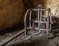 Attrezzatura d'annata dell'azienda agricola dentro un vecchio granaio Fotografia Stock