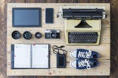 Attrezzatura del giornalista su un vecchio pavimento di legno Fotografia Stock