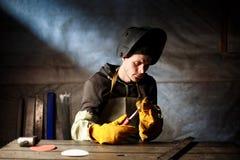 Attrezzatura del plasma della tenuta del lavoratore in fabbrica d'acciaio immagine stock