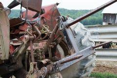 Attrezzatura dell'azienda agricola in un campo erboso un giorno soleggiato Fotografia Stock