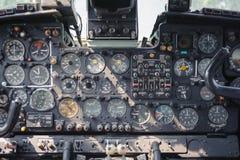 Attrezzatura della cabina di pilotaggio dell'aeroplano con gli indicatori, i bottoni e gli strumenti Fotografie Stock