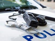 Attrezzatura della polizia su un volante della polizia Fotografia Stock