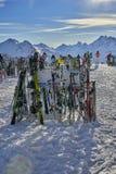 Attrezzatura dello sci disposta sulla neve Immagini Stock