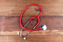 Attrezzatura dello stetoscopio sui pavimenti di legno Immagini Stock Libere da Diritti