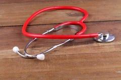 Attrezzatura dello stetoscopio sui pavimenti di legno Fotografie Stock