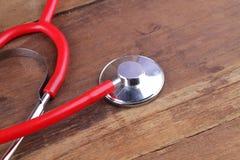 Attrezzatura dello stetoscopio sui pavimenti di legno Fotografia Stock