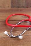 Attrezzatura dello stetoscopio sui pavimenti di legno Fotografie Stock Libere da Diritti