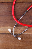 Attrezzatura dello stetoscopio sul pavimento di legni Fotografia Stock Libera da Diritti