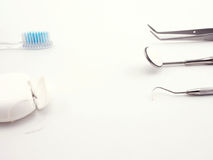 Attrezzatura dentaria su fondo bianco Immagini Stock