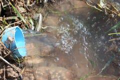 Attrezzatura di acqua in agricoltore Caused dalla siccità. Fotografia Stock