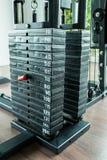 Attrezzatura di addestramento del peso in palestra Fotografie Stock