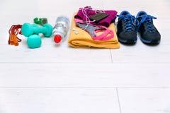 Attrezzatura di allenamento di forma fisica sul pavimento della palestra con lo spazio della copia Fotografia Stock Libera da Diritti