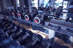 Attrezzatura di allenamento e di forma fisica: insieme delle teste di legno moderne su Th Fotografia Stock