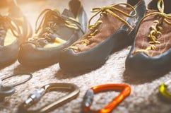 Attrezzatura di alpinismo e di scalata su un tappeto Scarpe, carabina, corda, balzo, chi ascende Concetto dello sport all'aperto  Fotografia Stock