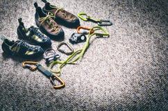 Attrezzatura di alpinismo e di scalata su un tappeto Scarpe, carabina, corda, balzo, chi ascende Concetto dello sport all'aperto  Fotografia Stock Libera da Diritti