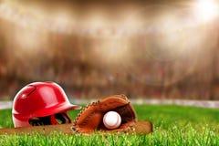 Attrezzatura di baseball su erba con lo spazio della copia Fotografia Stock