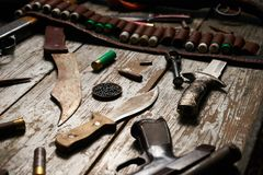 Attrezzatura di caccia su fondo di legno Immagini Stock
