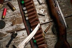 Attrezzatura di caccia su fondo di legno Immagine Stock