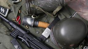 Attrezzatura di campo dell'esercito tedesco Ww2 con la granata ed il fucile video d archivio