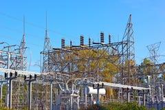Attrezzatura di corrente elettrica alla sottostazione ad alta tensione Fotografie Stock Libere da Diritti