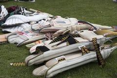 Attrezzatura di cricket accatastata su pronto per usare ad una carità locale cric fotografie stock libere da diritti