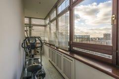 Attrezzatura di forma fisica e bici di esercizio di salute sul balcone durante la t Fotografia Stock