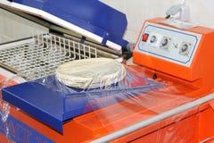 Attrezzatura di industria dell'imballaggio con la pasta della pizza Fotografie Stock Libere da Diritti