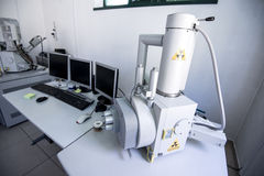 Attrezzatura di laboratorio, microscopio di SEM Fotografia Stock Libera da Diritti