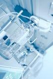 Attrezzatura di laboratorio moderna con la bottiglia di vetro Fotografia Stock Libera da Diritti