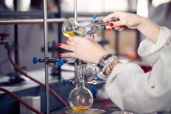 Attrezzatura di laboratorio per distillazione Separando le sostanze componenti dalla miscela liquida con evaporazione e condensaz Fotografie Stock Libere da Diritti